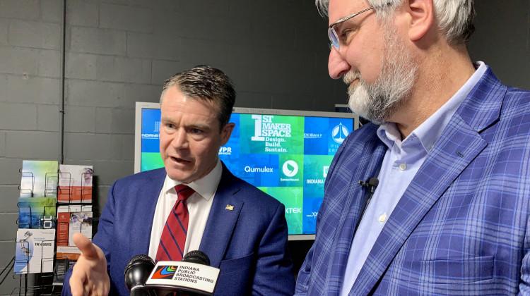 Le sénateur américain Todd Young (R-Ind.), à gauche, et le gouverneur Eric Holcomb, à droite, ont déclaré que l'Indiana était bien placée pour concourir pour l'un des pôles technologiques régionaux créés par l'Endless Frontier Act de Young.  - Brandon Smith/IPB Nouvelles