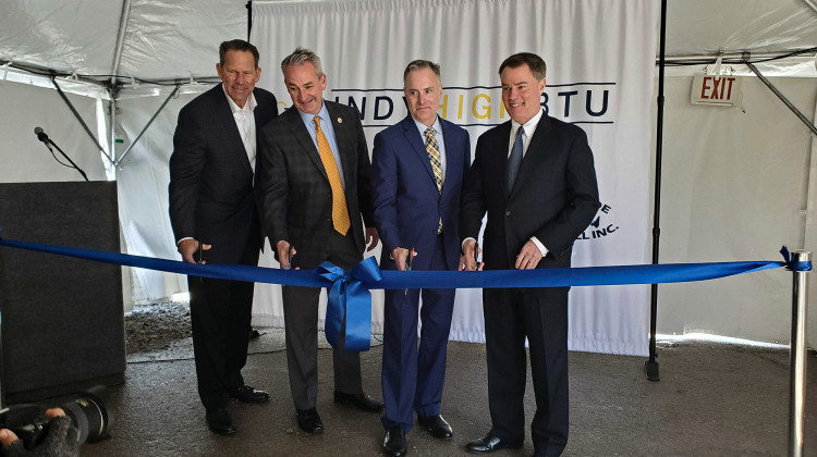 (Left to right) South Side Landfill's Joel Zylstra, EDL North America CEO Jim Grant, Kinetrex Energy President and CEO Aaron Johnson and Indianapolis Mayor Joe Hogsett cut the ribbon on Indiana's largest renewable gas plant. - Samantha Horton/IPB News