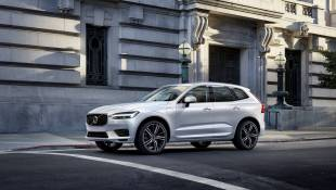 Volvo XC60 Inscription Drives Through The Night