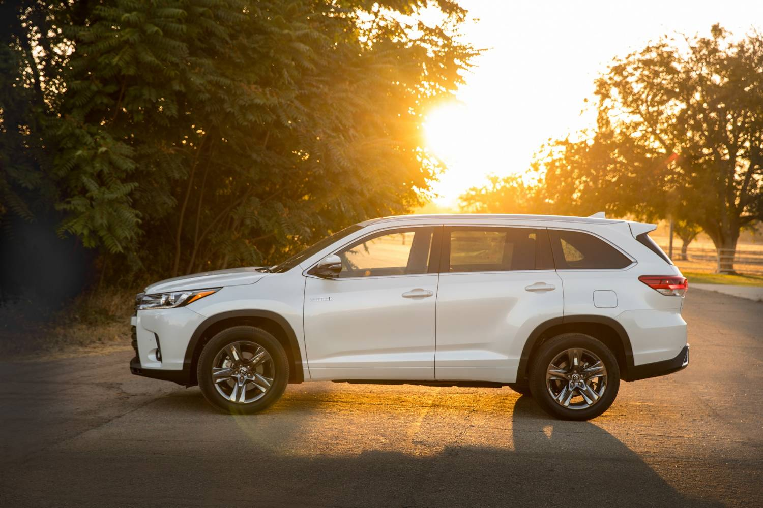 toyota highlander hybrid stretches extremes. Black Bedroom Furniture Sets. Home Design Ideas