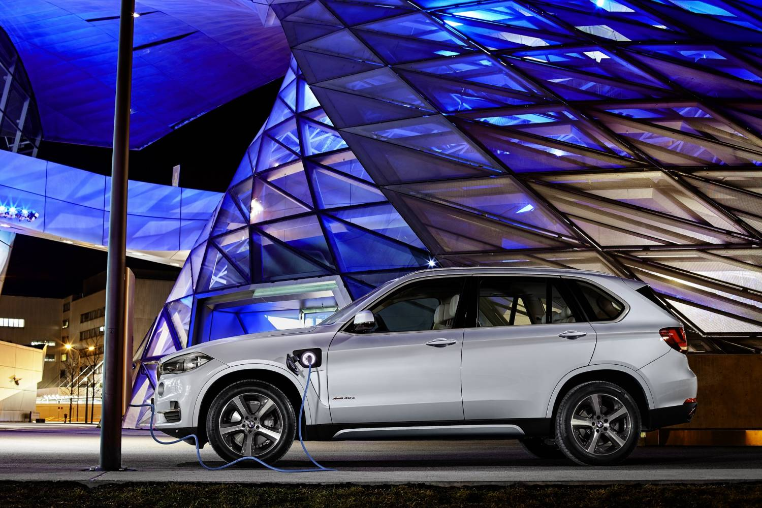 bmw x5 40e plugs in and moves out. Black Bedroom Furniture Sets. Home Design Ideas